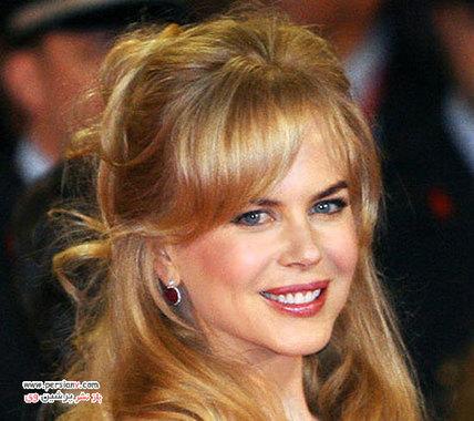 """2006 میکاپ آرتیستی به نام مالی رونکال درباره این آرایش نیکول می گوید: """"ابروهای او از رنگ موهایش تیره تر انتخاب شده، که می تواند چشم ها و کمان ابرو را برجسته تر نشان دهد و به نوعی برای صورت قاب ایجاد کرده است."""""""
