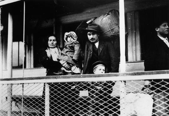 مهاجران ایتالیایی بر روی کشتی به سوی جزیره ی ایلیس در نزدیکی نیویورک، این جزیره دروازه ی ورود ۱۲ میلیون مهاجر به آمریکا بود