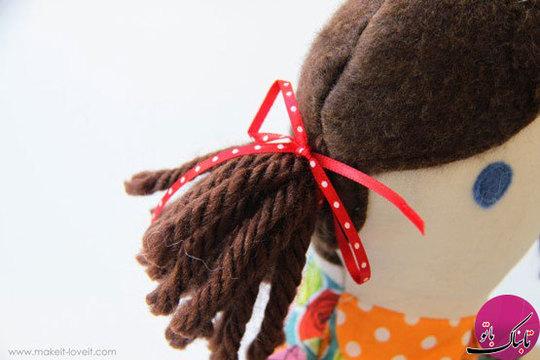 بقیهی مراحل آماده سازی عروسک، مانند برادر عروسکی است. در انتها نیز موهای عروسک را با روبان میبندیم