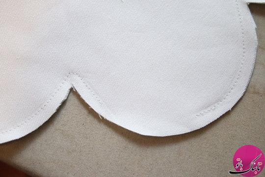 حالا نوبت خود گل است الگوی کامل گل را روی پارچه سفید قرار داده و دو عدد از آن درمیآوریم. دو الگو را به یکدیگر میدوزیم