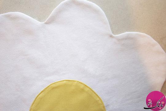 قسمت میانی گل را مشخص کرده و دایرههای زرد رنگ را پشت و روی آن میدوزیم