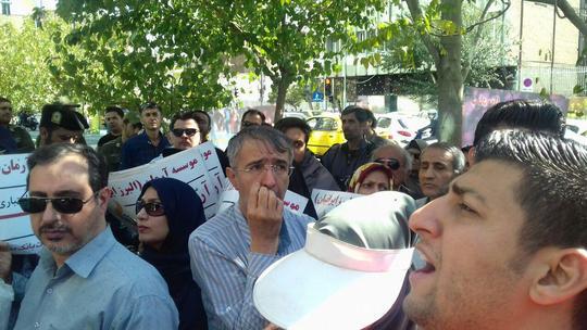 تجمع سپرده گذاران موسسه کاسپین تجمع اعتراضی در مقابل بانک ملی تهران و شعبه کاسپین در رشت بانکها پول مردم را نمیدهند   فیلم.