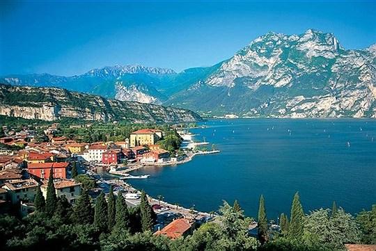 روستای گاردا در حاشیه دریاچه گاردا در شمال ایتالیا.