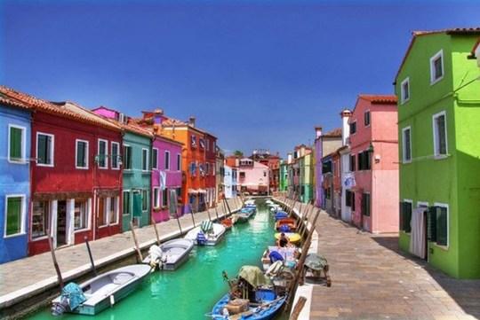 روستای بورانو ، در حوضه آبی ونیز در ایتالیا.