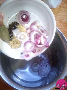 پیازها را حلقه حلقه میکنیم و به همراه سرکه، آب، پودر قند، فلفل قرمز و زنجبیل در ظرفی ریخته به مدت پنج دقیقه روی حرارت قرار میدهیم. سپس آن را در کنار میگذاریم تا خنک شود.