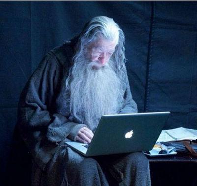 گندالف در حال چک کردن ایمیل های خود
