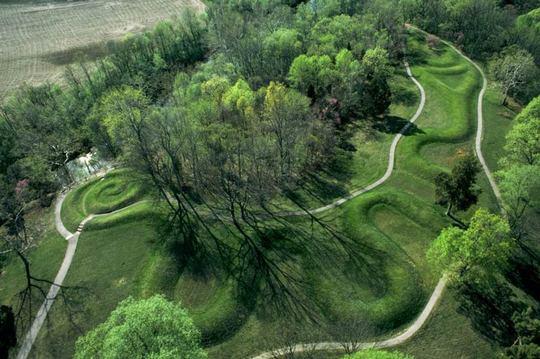 تپه سرپنت این تپه سنتی تمثال شکل، به علت فرم مارپیچی آن در کشور آدامز، اوهایو، نامگذاری شده و با گذر فصول، به صورت نجومی همتراز میشود.