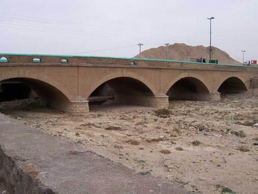 پل سرچشمهپل سرچشمه بر روی رودخانه شاهرود ساخته شده و قدمت آن به اواخر دوره قاجاریه باز میگردد.