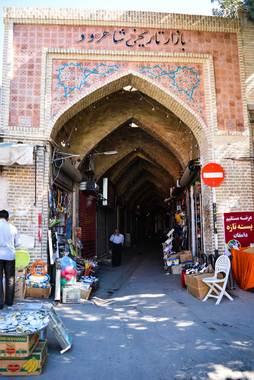 بازار تاریخی شاهرودبازار تاریخی شاهرود از مهمترین مراکز تجاری شهر است و مانند دیگر بازارهای سنتی کشور از معماری سنتی و زیبایی برخوردار است.آثار معماری که در این بازار موجود هستند، متعلق به دوران قاجاریه به بعد هستند.
