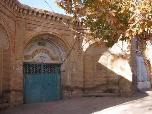 مسجد آقا شاهرودمسجد آقا شاهرود از بناهای تاریخی دوره قاجاریه است که از سردر ورودی،صحن، ایوان، شبستانهای متعدد، آبانبار قدیمی، حجرهها و بناهای خدماتی تشکیل میشود.