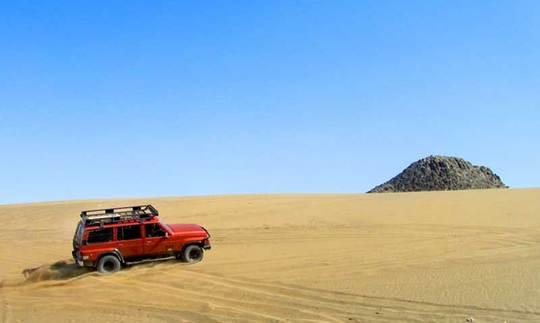 کویر رضا آبادیک طرف کویر رضا آباد، دارای تپههای رسی بلند است و طرف دیگرش دارای دشت برهوت و تپههای ماسهای است.