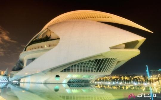 کاخ ملکه صوفیه ـ دومین خانه اپرا در این لیست در والنسیا اسپانیاست. بلندترین اپرا در جهان، شامل 17 طبقه، سه طبقه زیر زمینی، مهمترین ویژگی این ساختمان، سقف آن، سفید رنگین کمان ساختمان به دلیل کاشی سفید است که سقف را پوشش می دهد.