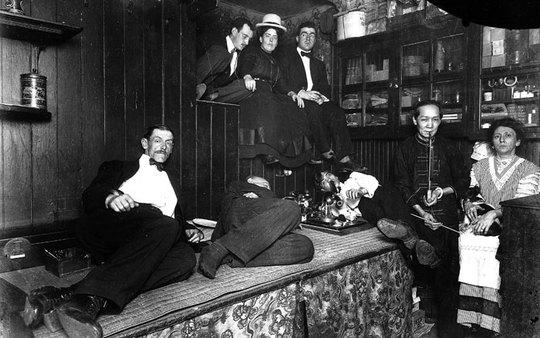 آمریکایی ها در شیرهکش خانه چینی واقع در شهر نیویورک در سال ۱۹۲۵ میلادی