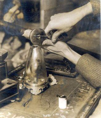 ساقی در حال آماده کردن نگاری برای تدخین شیره تریاک