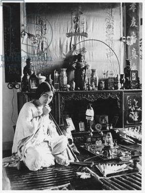 زن جوانی در حال کشیدن شیره تریاک در اوایل قرن ۲۰ میلادی