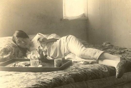 زن جوان چینی در حال مصرف تریاک در شانگهای، اوایل دهه ۱۹۲۰ میلادی