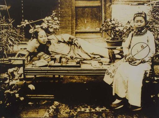 زنان جوان چینی که معتاد تریاک بوند، دهه ۱۹۰۰ میلادی