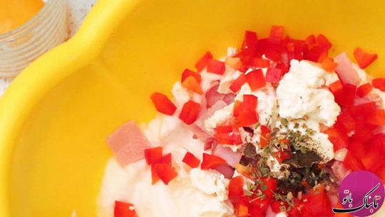 سفیدههای تخم مرغ را آنقدر با همزن میزنیم  تا کاملا پف کنند. حالا ژامبون خرد شده، فلفل  دلمهای، پنیر سفید رنده شده، نمک، فلفل و نعنا خشک را به آن اضافه کرده و به آرامی هم میزنیم تا پف تخم مرغها نخوابد.